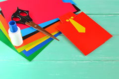 Lyckligt kort för faderdag, ark av papp, sax, lim Barnkonstuppsättning arkivfoton