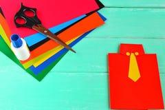Lyckligt kort för faderdag, ark av papp, sax, lim Barnkonstuppsättning royaltyfria foton