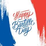 Lyckligt kort för hälsning för Bastilledag med borsteslaglängdbakgrund i Frankrike nationsflaggafärger och handbokstäver stock illustrationer