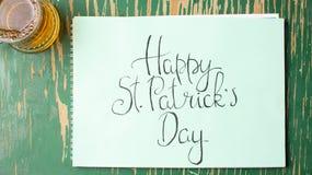 Lyckligt kort för St Patrick dagkalligrafi och ett öl Royaltyfri Bild