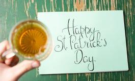 Lyckligt kort för St Patrick dagkalligrafi och ett öl Arkivbild