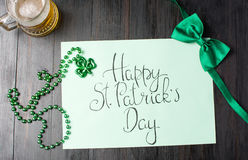 Lyckligt kort för St Patrick dagkalligrafi på svart Royaltyfri Fotografi