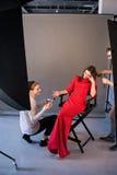 Lyckligt kosmetologlag på photoshoot backstabbing arkivbilder