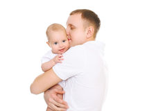 Lyckligt krama för barnfader behandla som ett barn på vit bakgrund Arkivbilder