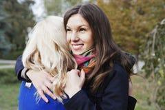 Lyckligt krama för flickvänner Fotografering för Bildbyråer