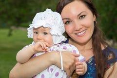 Lyckligt krama för mamma- och barnflicka.  Den härliga modern och hon behandla som ett barn utomhus Arkivbild