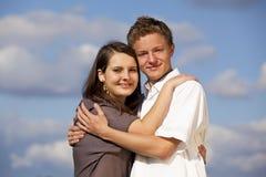 lyckligt krama för par som är tonårs- Royaltyfri Foto