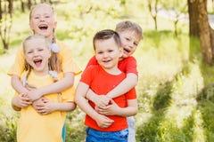 Lyckligt krama för små ungar fotografering för bildbyråer