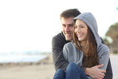 Lyckligt krama för tonåringpar som är utomhus- royaltyfri fotografi