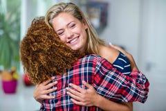 lyckligt krama för vänner royaltyfri fotografi