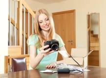 Lyckligt   kvinna med den nya digitala kameran Royaltyfri Bild