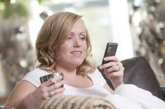 lyckligt kvinnabarn för mobiltelefon Royaltyfri Foto