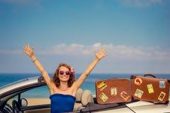 Lyckligt kvinnalopp med bilen Royaltyfri Fotografi