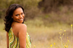 Lyckligt kvinnasammanträde i le för fält Arkivbilder