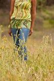 Lyckligt kvinnasammanträde i le för fält Arkivbild