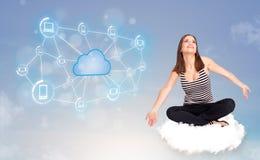 Lyckligt kvinnasammanträde på molnet med molnberäkning Royaltyfri Foto