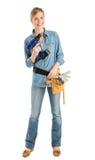 Lyckligt kvinnligt bälte för byggnadsarbetareWith Drill And hjälpmedel royaltyfria foton