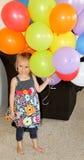 Lyckligt kvinnligt litet barn med ballonger Arkivbilder