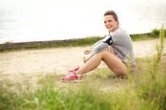 Lyckligt kvinnligt vila för löpare Arkivfoton