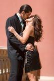 lyckligt kyssa för par Arkivbild