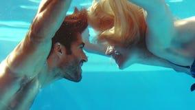 Lyckligt kyssa för par som är undervattens- stock video
