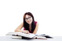 Lyckligt lära för student som isoleras på vit royaltyfri bild