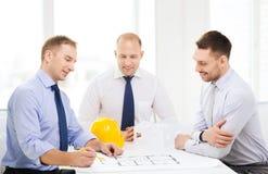 Lyckligt lag av arkitekter och formgivare i regeringsställning Arkivfoto