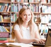 Lyckligt With Laptop In för kvinnlig student arkiv Royaltyfri Fotografi