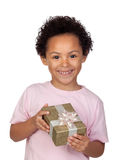 Lyckligt latinskt barn med en guld- gåva Royaltyfria Bilder