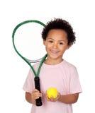 Lyckligt latinskt barn med ett tennisracket Arkivfoton