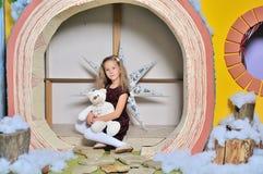 Lyckligt le åtta år gammal nätt blond caucasian barnflicka royaltyfria bilder