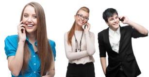 Lyckligt le affärsfolk som stannar till mobiltelefonen Arkivbilder