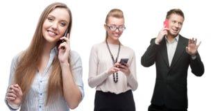 Lyckligt le affärsfolk som stannar till mobiltelefonen Arkivfoto