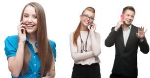 Lyckligt le affärsfolk som stannar till mobiltelefonen Fotografering för Bildbyråer