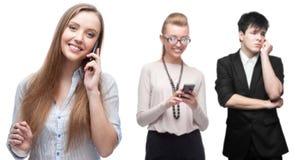 Lyckligt le affärsfolk som stannar till mobiltelefonen Arkivfoton