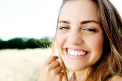 lyckligt le för brunettflicka royaltyfri foto