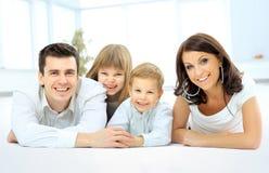 lyckligt le för familj arkivfoton
