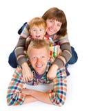 Lyckligt le för familjstående Arkivfoto