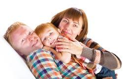 Lyckligt le för familjstående Arkivfoton