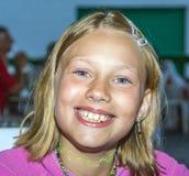 lyckligt le för flicka royaltyfri fotografi