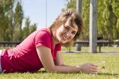 lyckligt le för flicka arkivbild