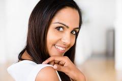 Lyckligt le för härlig indisk kvinnastående royaltyfria foton