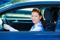 Lyckligt le för kvinna för bilchaufför royaltyfria bilder