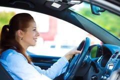 Lyckligt le för kvinna för bilchaufför arkivfoton