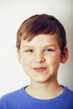 Lyckligt le för liten gullig verklig pojke som isoleras på vit bakgrund, livsstilfolkbegrepp Arkivfoto