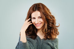 Lyckligt le för rödhårig mankvinna härlig lockig hårmodellred royaltyfria bilder