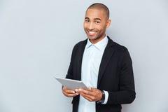 Lyckligt le för ung man för afrikansk amerikan royaltyfri bild