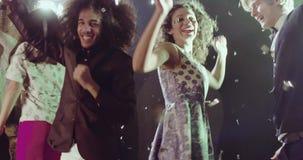 Lyckligt le folk som tycker om natten som dansar stock video