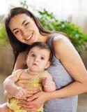 Fostra med åtta gammala månad behandla som ett barn flickan inomhus Fotografering för Bildbyråer