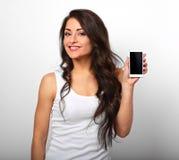 Lyckligt le härligt upphetsat kvinnainnehav och advertizing mo arkivfoton